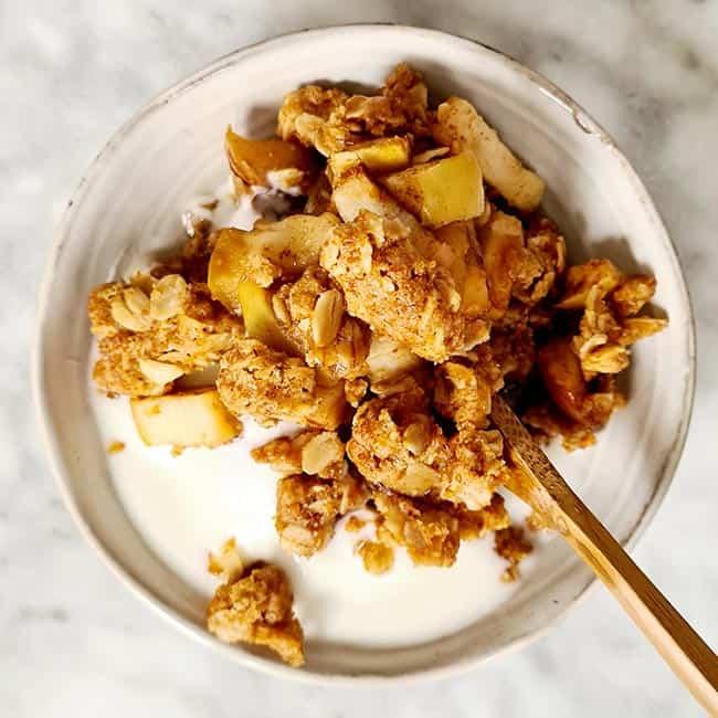 Appel kruimel toetje met yoghurt