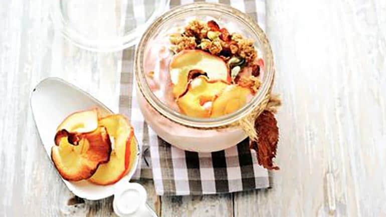 Hangop met muesli en appelschijfjes