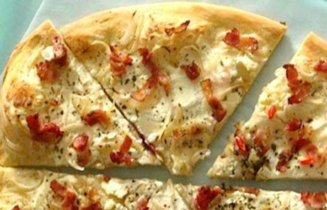 Pizza met schimmelkaas en bacon