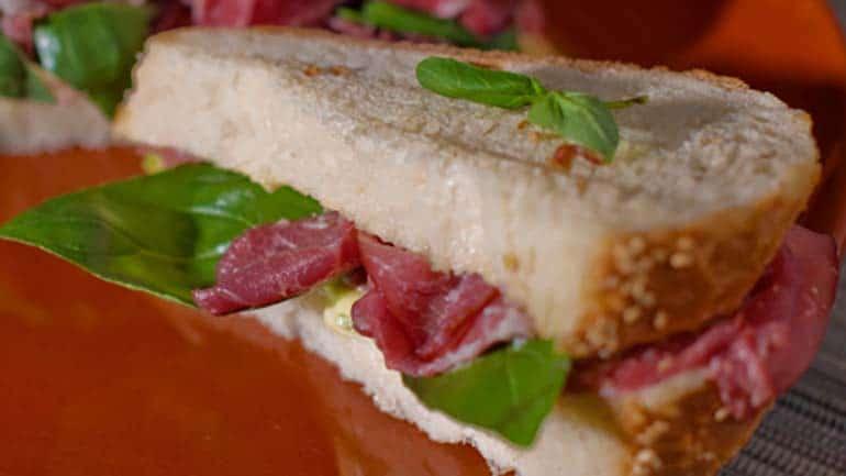 Sandwich met rookvlees en avocado
