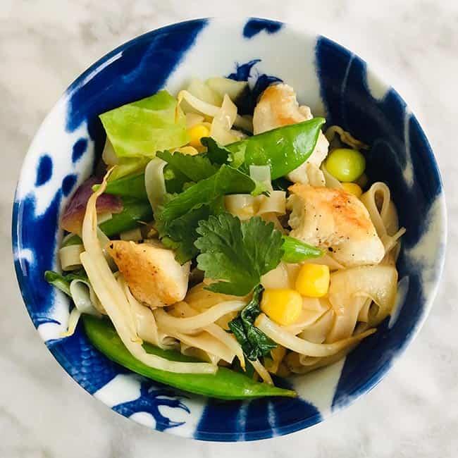 Noedels met kip en oosterse groenten recept