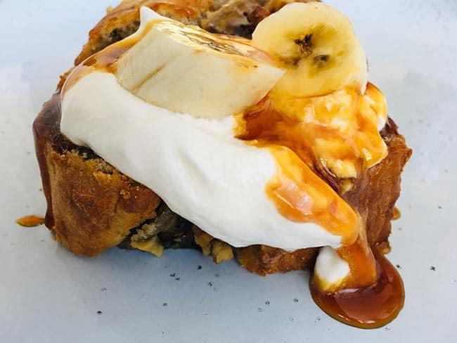 Banaan-walnotenbrood met slagroom