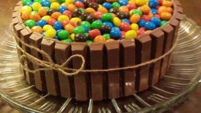 Chocoladetaart met Kitkat en MMs recept
