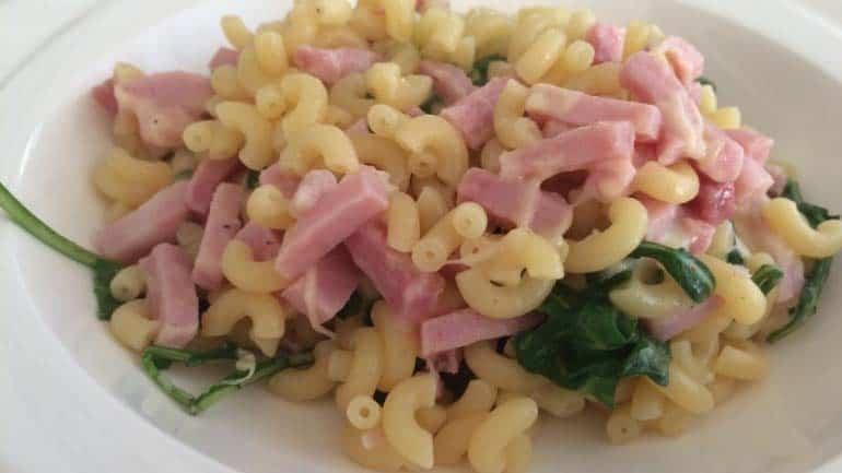 Macaroni met kaas, ham en rucola