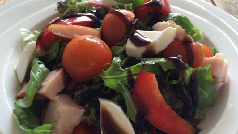 Salade met gerookte kip en balsamicodressing