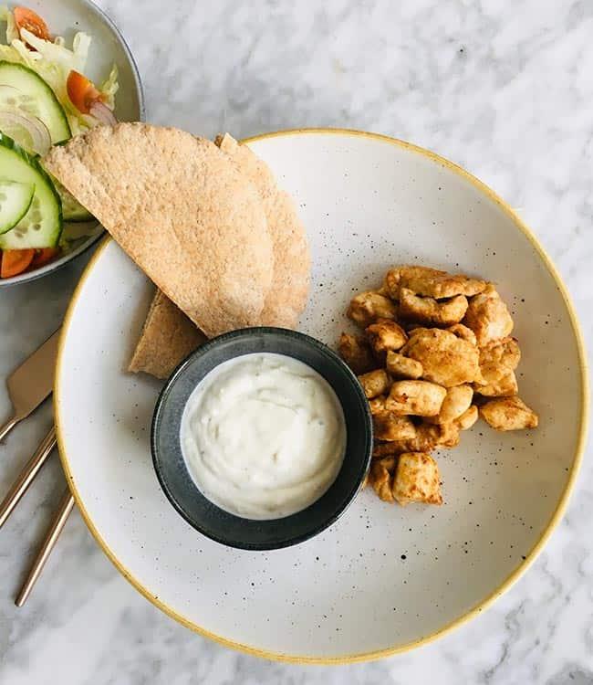 Griekse kip met yoghurtsaus salade