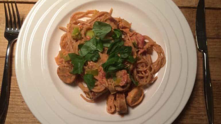 Spaghetti met romige preisaus en worst