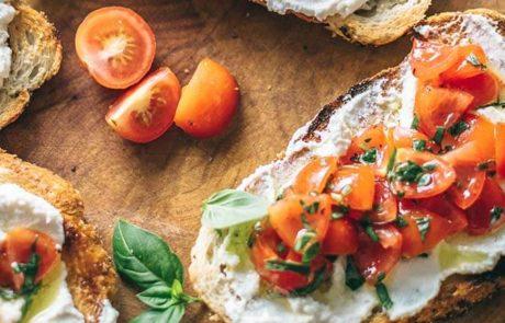 Brood met huttenkase tomaat en verse basilicum