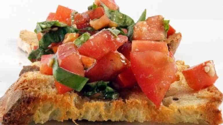 Bruschetta met tomaat en verse basilicum