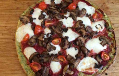 Courgette pizza met mozzarella en champignons