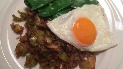 Nasi met peultjes en een gebakken ei