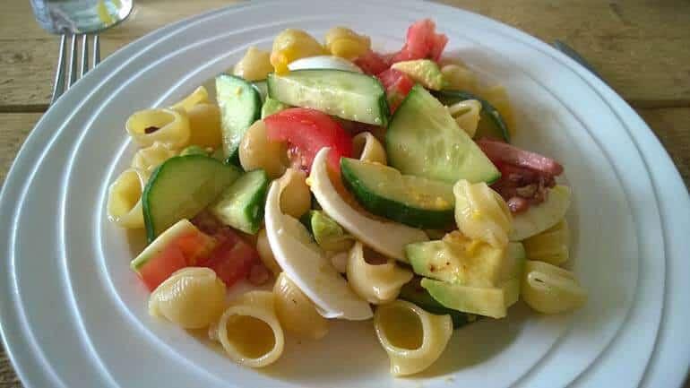 Pastasalade met avocado en spekjes