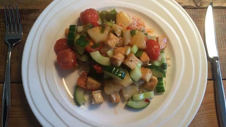 Rijst met tofu, ananas en zoete chilisaus
