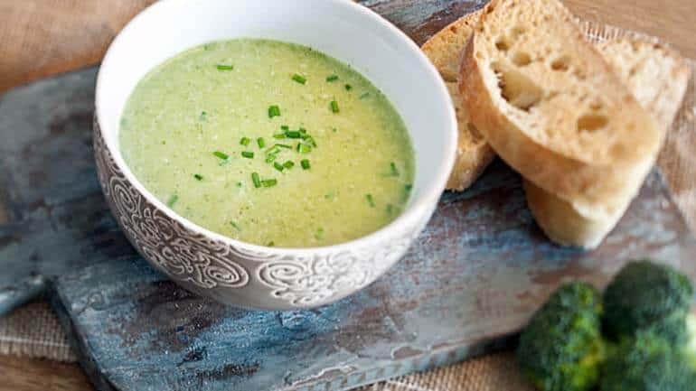 Broccolisoep met groenekruidenolie