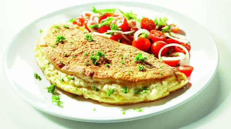 Kruidige omelet met ui en tomaat