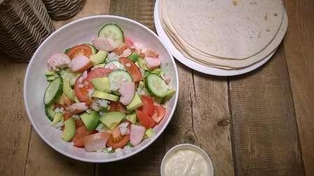 Wraps met gerookte kip en komkommer recept