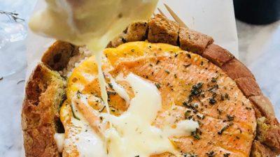 Gesmolten kaas in brood