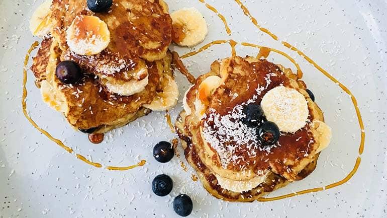 Ontbijtpannenkoekjes met banaan en blauwe bessen