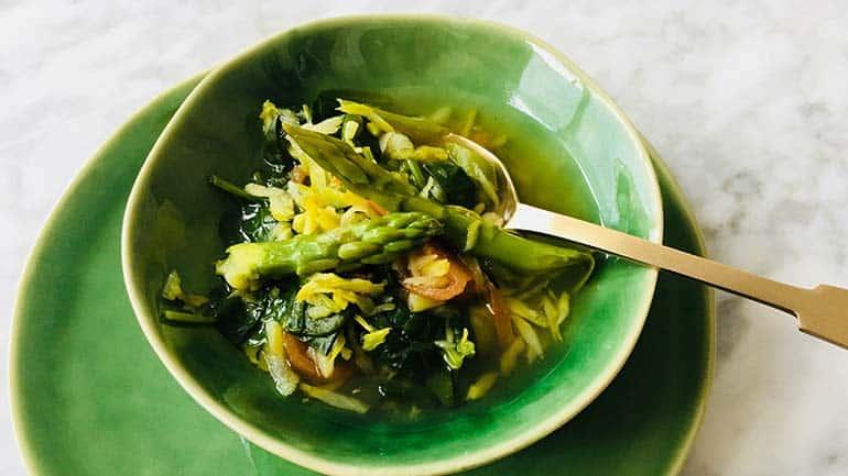 Snelle groentesoep met asperge, bosui en munt