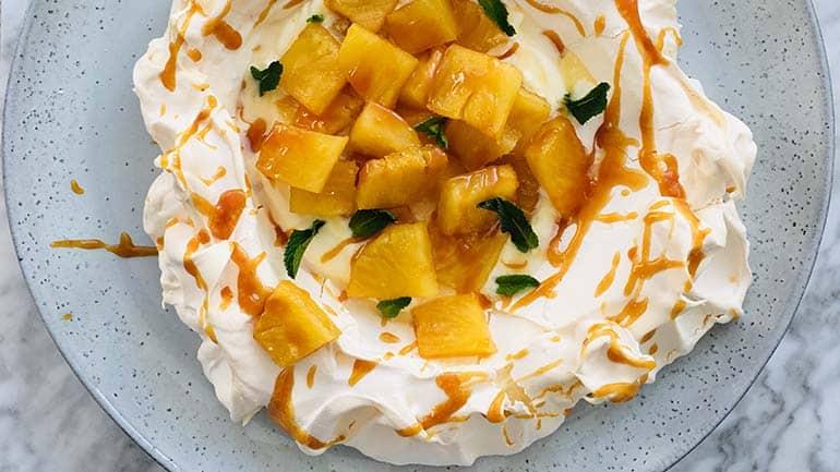 Pavlova met gekarameliseerde ananas