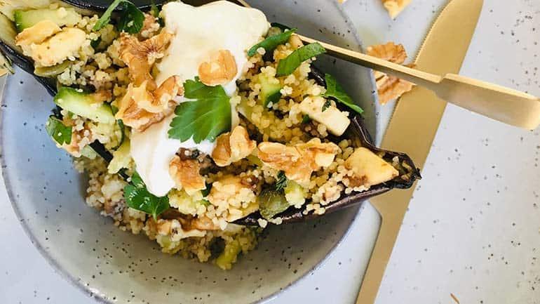 Gevulde aubergine met couscous en yoghurtsaus