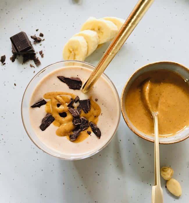 Ontbijtsmoothie met banaan en pindakaas