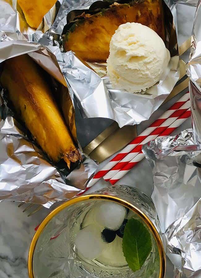 Gegrilde ananas van de bbq met bruine suiker detail