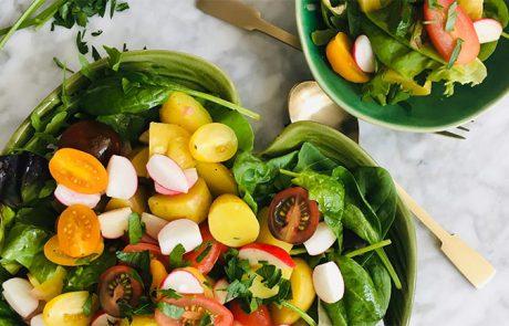 Salade van gekleurde radijs en nieuwe aardappeltjes