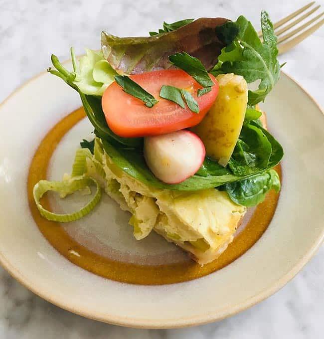 Salade van gekleurde radijs en nieuwe aardappeltjes hartige taart