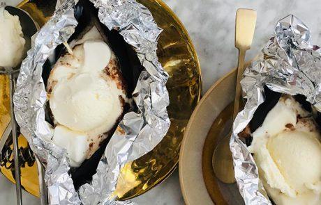 Gegrilde banaan van de BBQ met chocolade en ijs