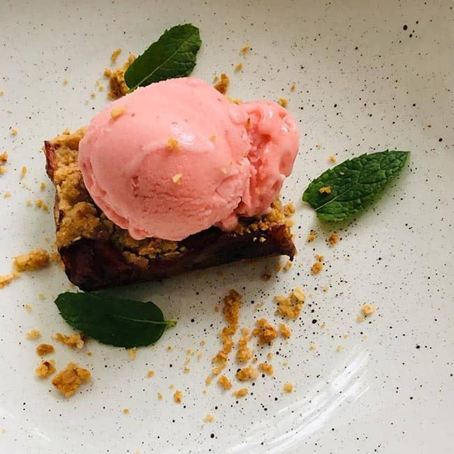 Rabarber crumble taart met havermout met ijs