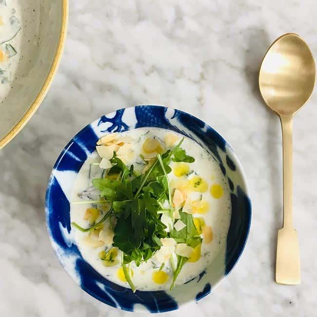 Koude yoghurtsoep met geroosterde amandelen recept