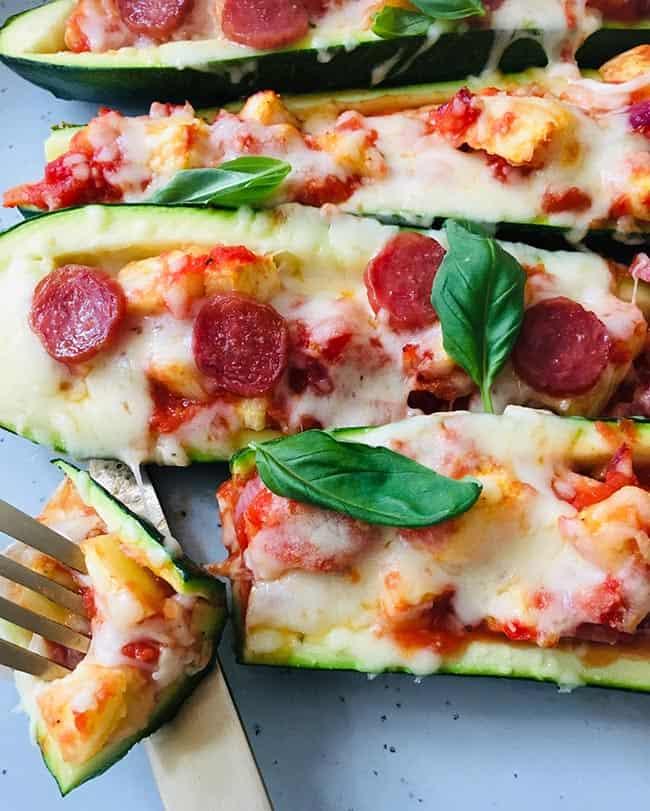 Pizza van courgette en chorizo recept