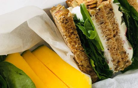 Sandwich met geitenkaas en spinazie