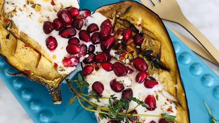 Aubergines met yoghurtsaus en granaatappel
