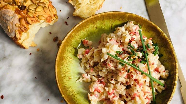 Krabsalade maken met surimi