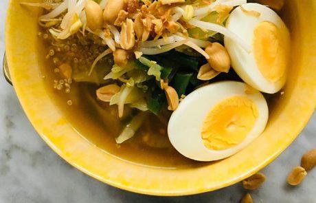 Gado Gado soep met quinoa en nootjes