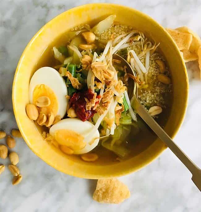 Gado Gado soep met quinoa en nootjes recept