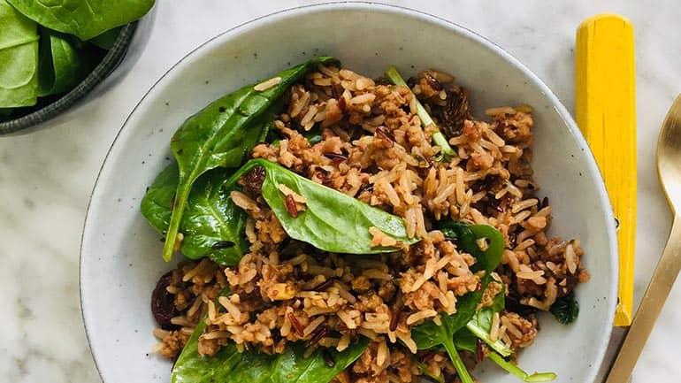 Pilav met gehakt rozijnen en spinazie