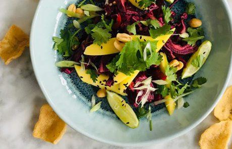 Salade van rode kool mango en zwart sesamzaad