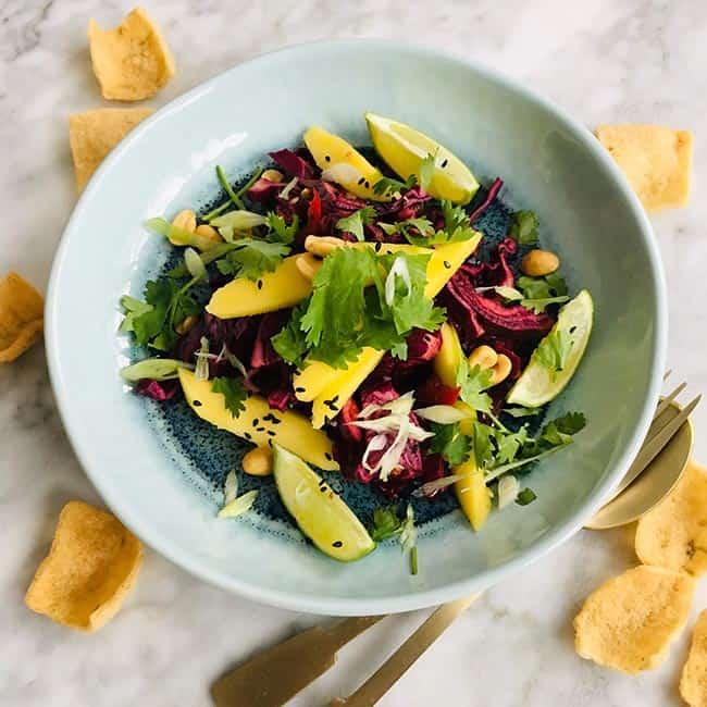 Salade van rode kool mango en zwart sesamzaad recept