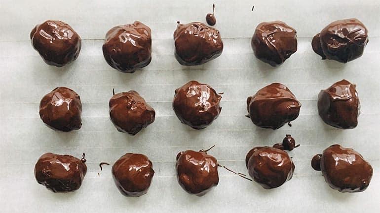 Chocolade-pindakaasballetjes met M&M