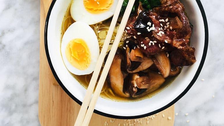 Ramen soep met spek en ei recept