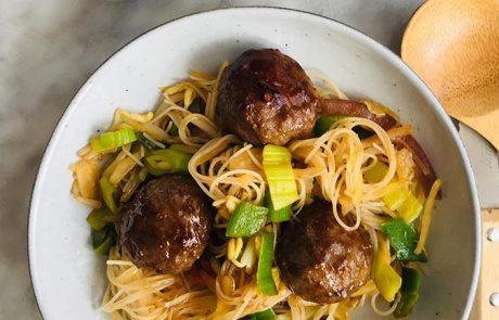 Noodles pittige gehaktballetjes