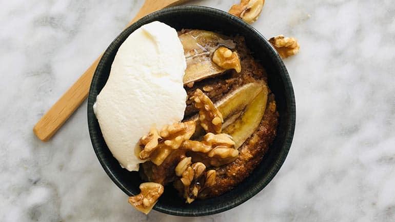 Mug cake met banaan en walnoten