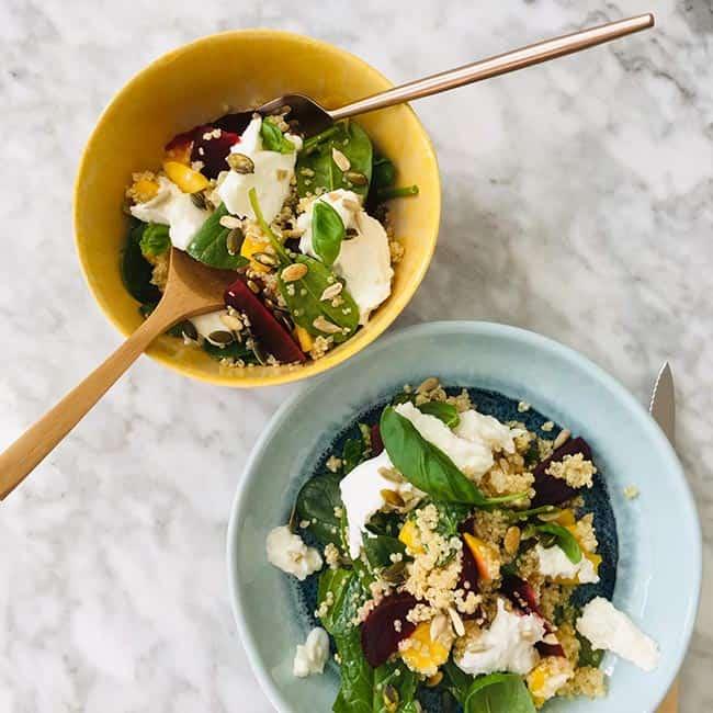Quinoa salade mango spinazie en biet recept