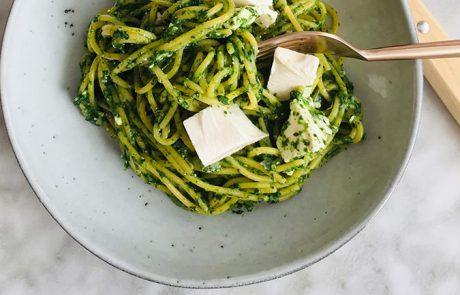 Spaghetti met spinazie en feta recept