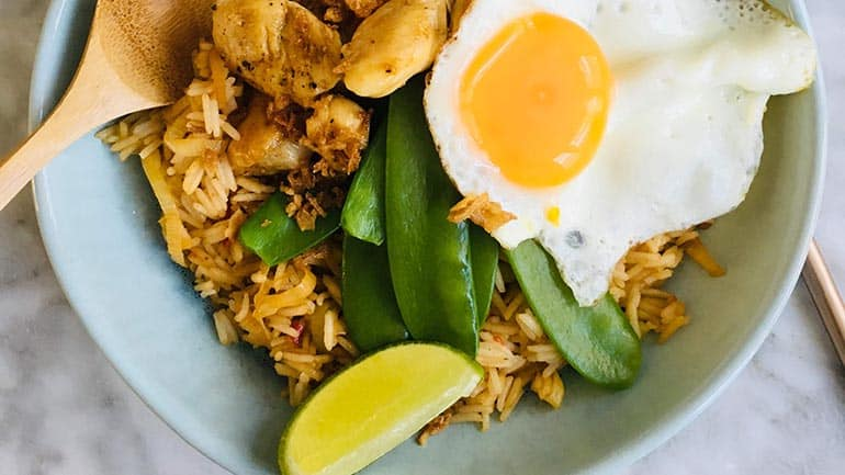 Nasi met kip en peultjes
