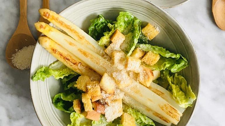 Caesarsalade met asperges recept