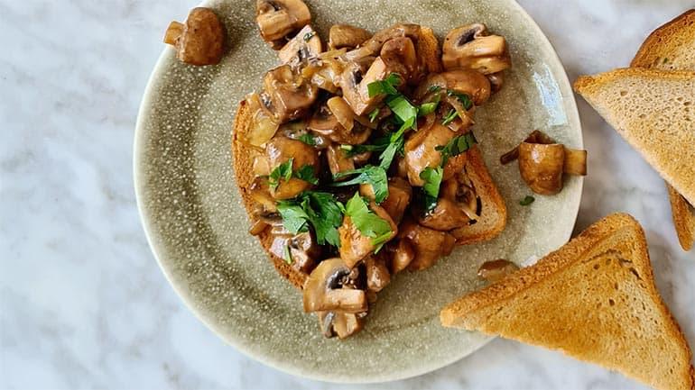 Champignons op toast met kaas recept